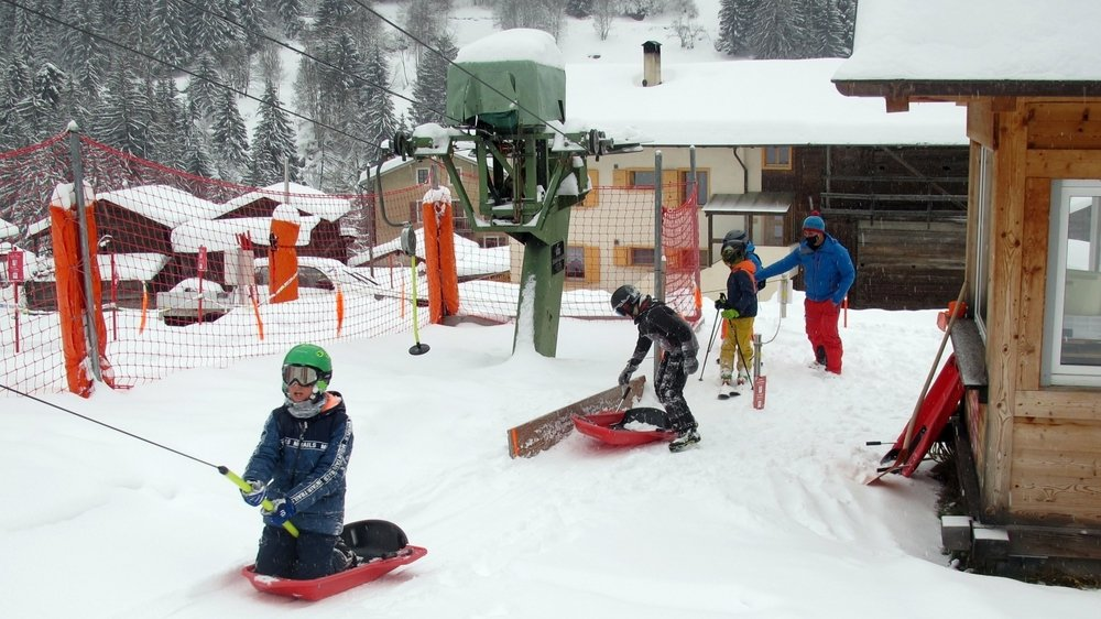 Prisé des skieurs et des bobeurs, le téléski du Dzora, à Lourtier, est gratuit depuis une dizaine d'années. Survenue deux jours après cette photo, une avalanche a malheureusement mis fin à la saison en cours.