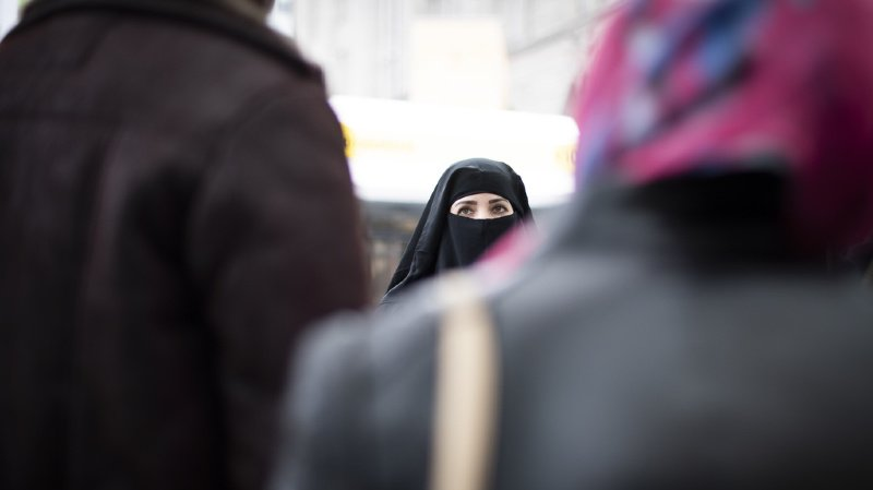 Votations fédérales: vers un oui à l'initiative anti-burqa et à la loi sur l'identité électronique