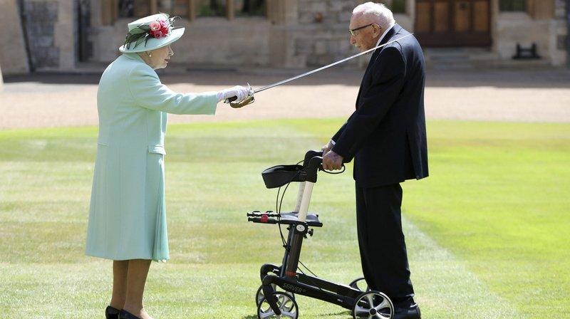 Le 17 juillet 2020 avec l'épée qui appartenant à son père la reine Elisabeth II anoblissait le capitaine Thomas Moore au titre de chevalier lors d'une cérémonie au château de Windsor