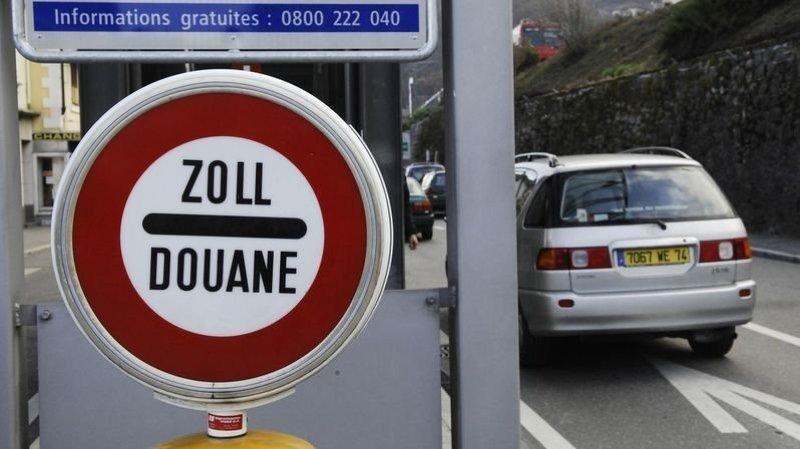 Les Suisses non-frontaliers doivent présenter un test négatif au coronavirus pour passer la frontière à Saint-Gingolph par exemple.