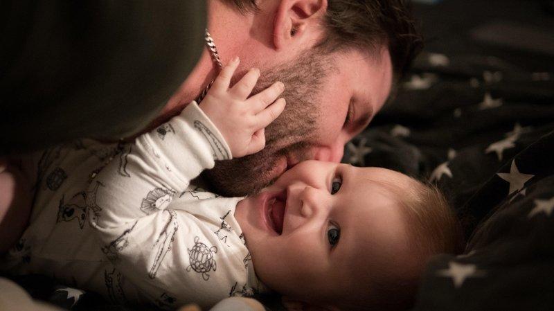Parlez à votre enfant à chaque interaction. Expliquez-lui vos gestes, parlez-lui de vos émotions, des textures qu'il peut sentir, etc.