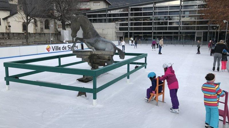 La patinoire de la place du Cheval, à Sierre, attire de nombreux jeunes amateurs de glace.