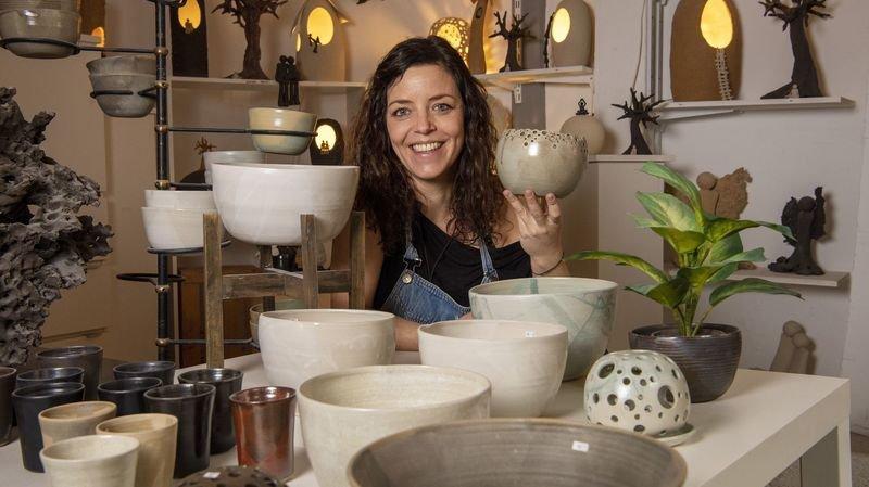 Nos artisans ont du talent: une céramiste façonne l'argile à Sion