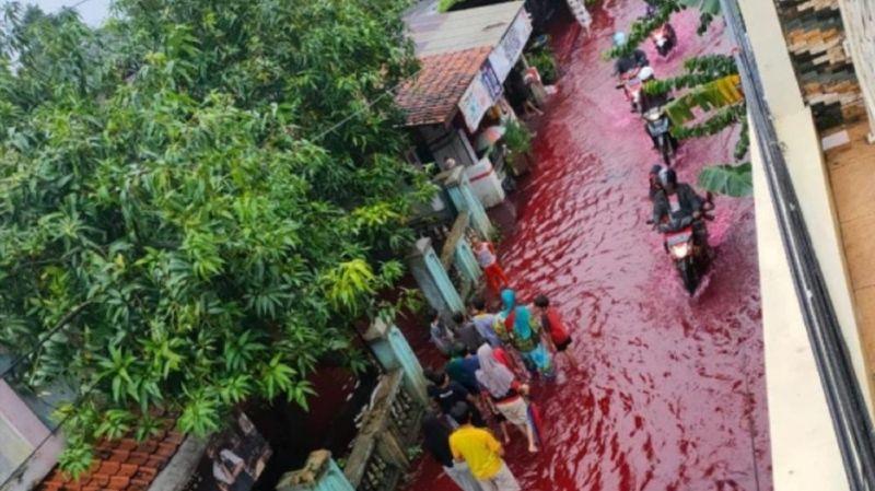 Indonésie: des flots rouge sang après des inondations