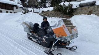 Haut-Valais: une factrice de Riederalp livre le courrier à motoneige