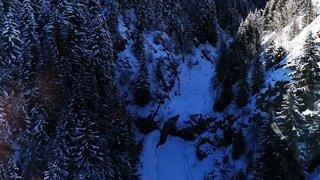 Valais: un skieur fait une chute mortelle dans un cours d'eau