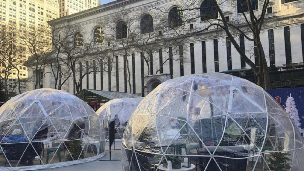 Serres de plexiglas, igloos en plastique renforcé, cabanons en bois, tente en toile ou simples chaises accolées à leur table, les terrasses des restaurants de New York ont donné à la ville une nouvelle image, une nouvelle culture.