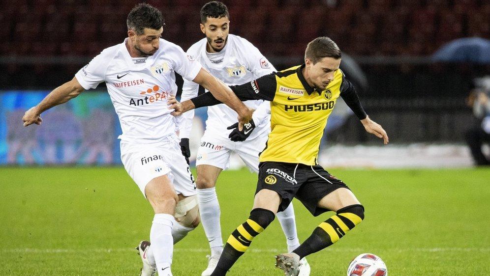 Quentin Maceiras remporte son duel avec Blerim Dzemaili et Salim Khelifi, les joueurs du FC Zurich.