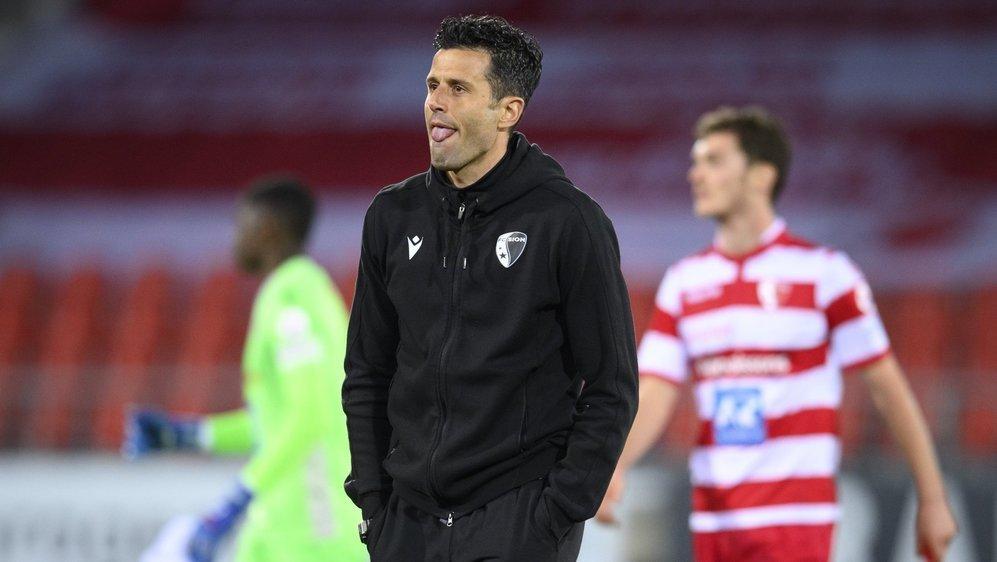 Fabio Grosso, l'entraîneur du FC Sion, tire la langue après la défaite de son équipe contre le FC Lugano.