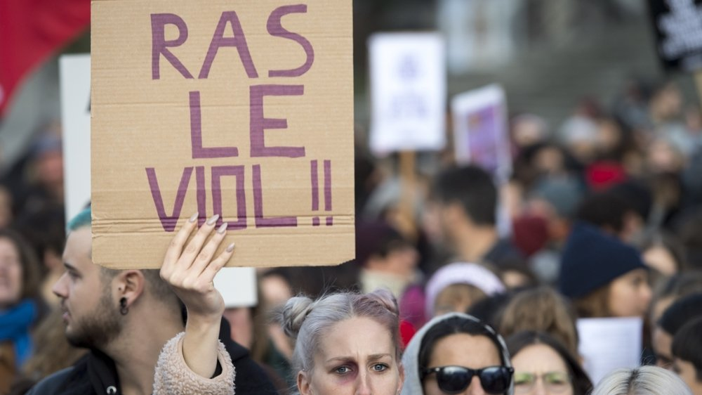 Une femme brandit une pancarte «Ras le viol!!» lors d'une manifestation contre les violences sexistes et sexuelles en 2019 à Lausanne.
