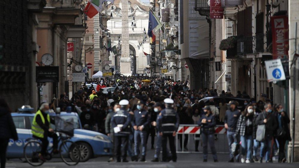 Dimanche, la foule avait envahi la Via del Corso à Rome, dernier jour de shopping et de relative liberté avant ce nouveau confinement.