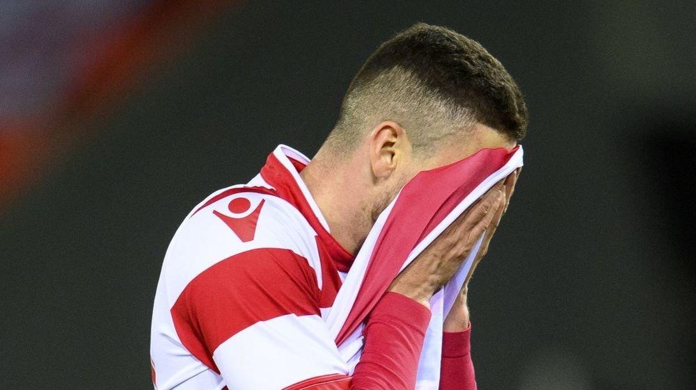 Ayoub Abdellaoui se dissimule le visage après le revers concédé contre Lugano jeudi au stade de Tourbillon.
