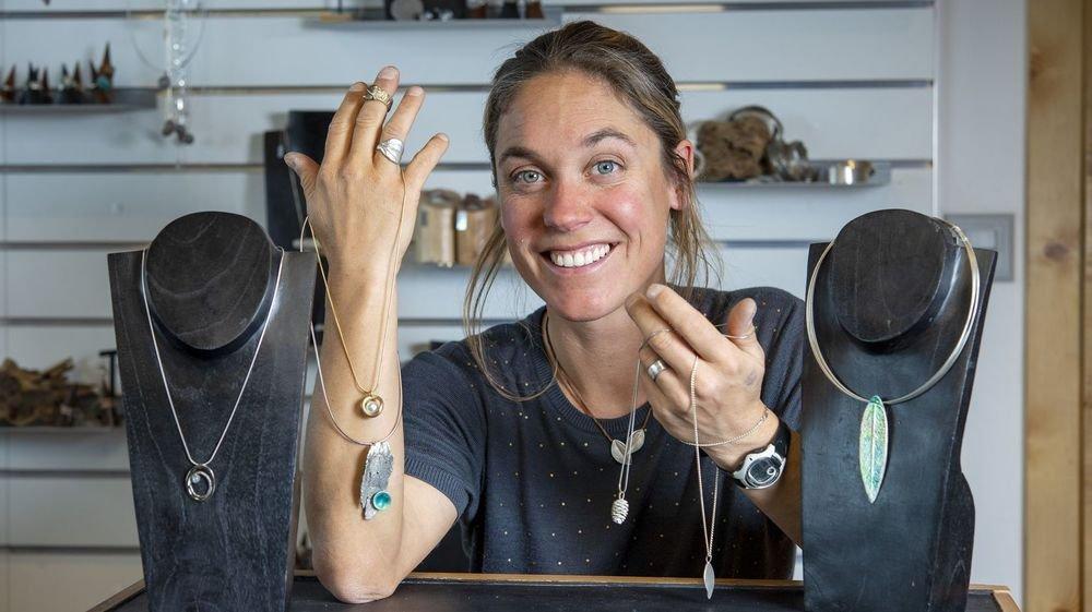 Céline Barman aime tester de nouvelles techniques dans son atelier.