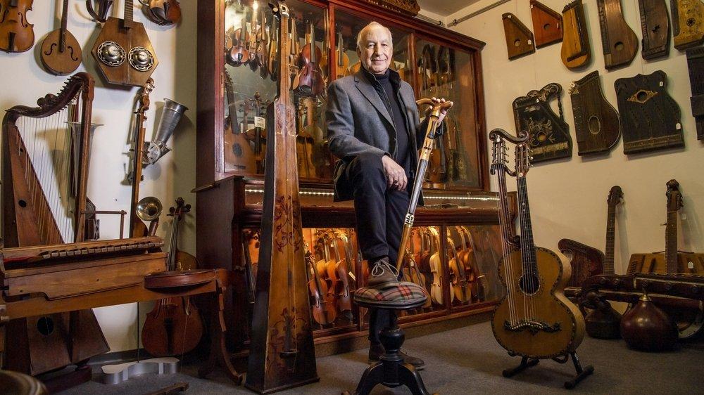Jean-Paul Forclaz possède plus de 700 instruments à cordes. La canne-violon qu'il tient dans ses mains est sans doute l'un de ses joyaux les plus précieux.