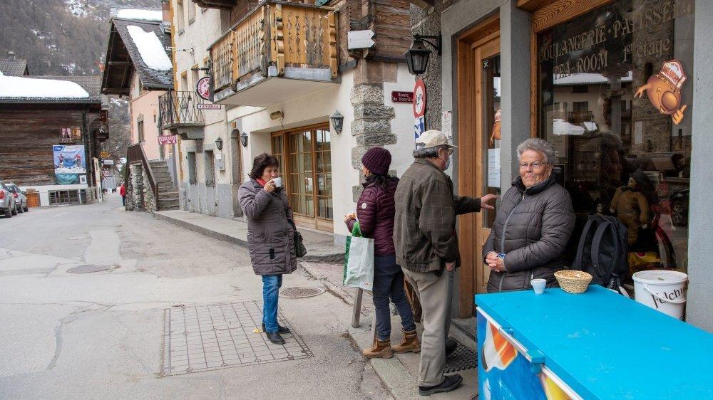 Entre les bistrots et les restaurants fermés, la boulangerie est un peu devenue le centre du village d'Evolène en ce temps de Covid.