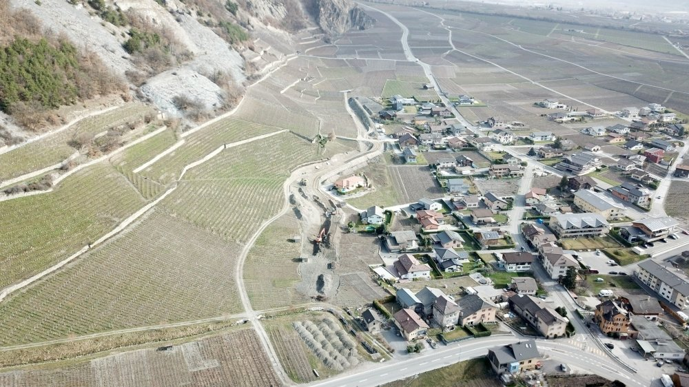 En cours de réalisation, la digue de protection borde la zone à bâtir de la partie supérieure du village de Leytron.