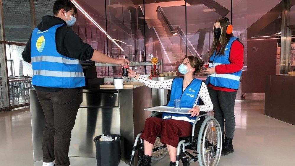 Clélia Briguet (assise) et Morgane Vianin ont imaginé des pistes d'innovations pour améliorer l'inclusion des personnes en situation de handicap.