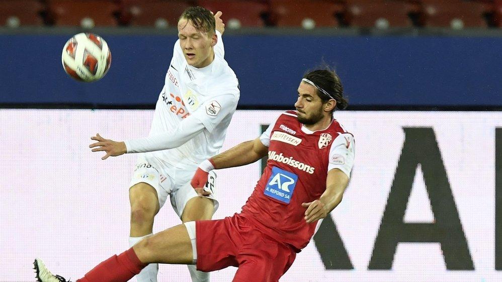 Jan Bamert contre Silvan Wallner lors du match entre le FC Sion et FC Zurich le 23 décembre au stade du Letzigrund.