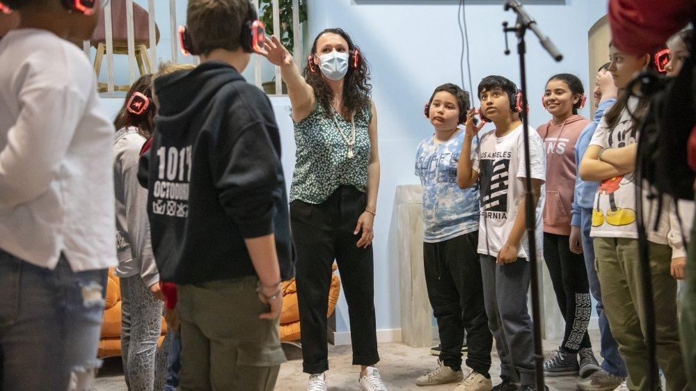 Les élèves suivent les instructions de Catherine Abbet, leur enseignante de musique. Le film dont le titre reste à écrire sera visible courant juin.