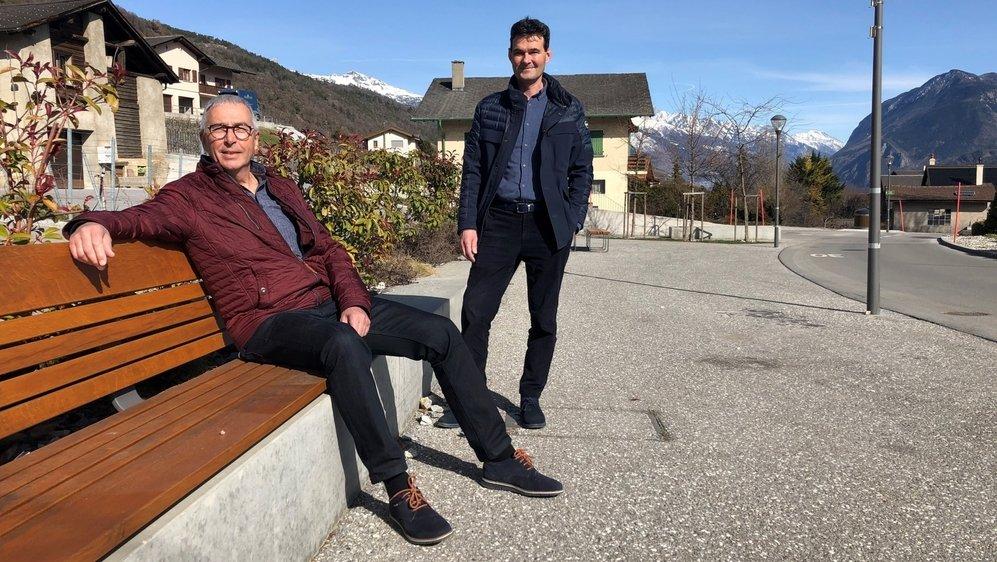 Patrick Lamon (devant) et David Bagnoud posent sur l'un des nouveaux espaces de rencontres aménagés à Chelin.