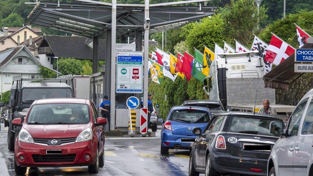 La douane de Saint-Gingolph provoque régulièrement des ralentissements du trafic routier. Avec les nuisances qui vont avec dans le village.