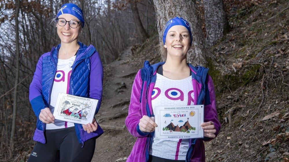 Depuis que les visites sont interdites à l'hôpital, Julie Vouilloz et Alison Décaillet baladent dans les montagnes les dessins des enfants hospitalisés. Un moyen de garder le lien et de penser à eux au grand air.