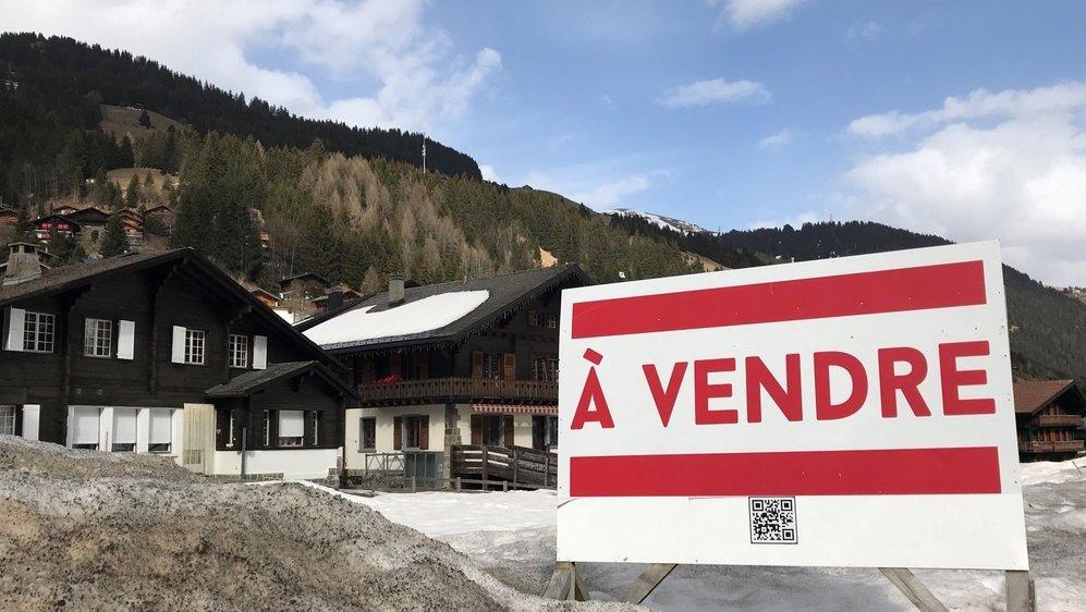 """Les panneaux """"A vendre"""" sont aujourd'hui un peu plus discrets, tout en restant bien visibles au cœur de la station."""
