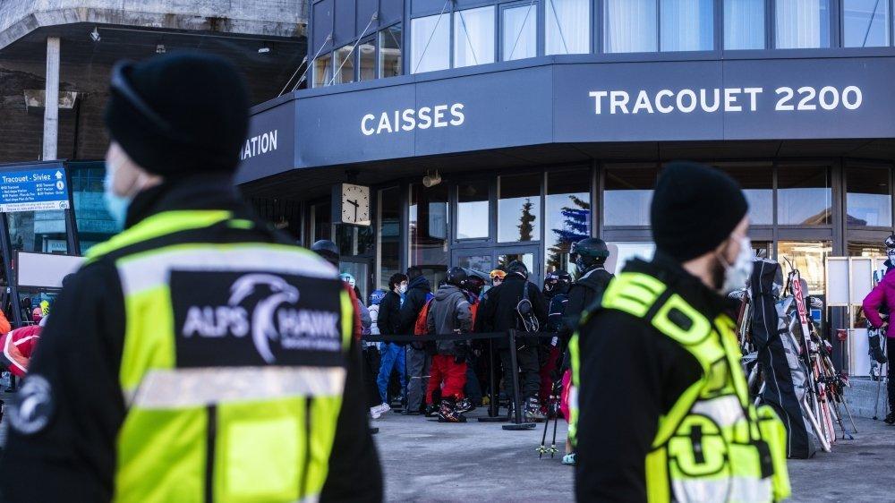 Malgré mesures et contrôles, les distances de sécurité entre usagers est difficile à faire respecter, comme ici, ce samedi, au départ de Tracouet.
