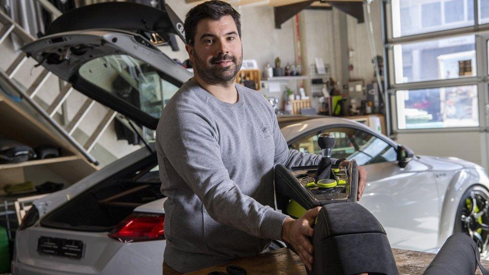 Romain Lugon aime travailler l'intérieur des véhicules. Il oeuvre ici à la fabrication d'un tunnel central pour une Audi TT.
