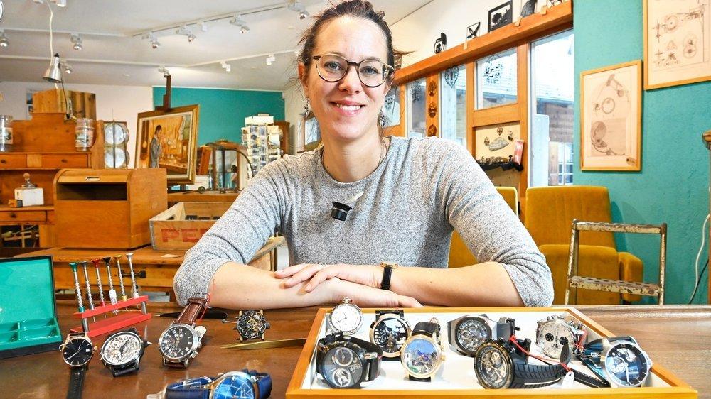 Dans son atelier, Rosalie Vuilleumier répare et révise montres et horloges, anciennes ou récentes.