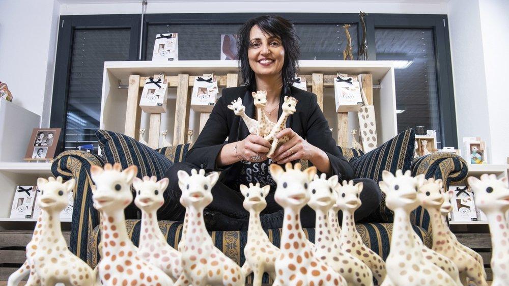 La girafe Sophie de votre enfance a 60 ans. Son importatrice en Suisse, Caroline Ançay-Roduit, est la présidente de la commune de Fully.