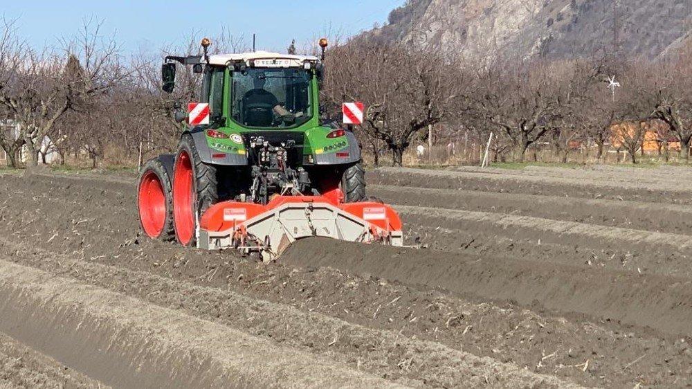 Dans la plaine du Rhône entre Martigny et Vernayaz, la famille Moret a équipé ses tracteurs de guidage GPS pour monter les buttes d'asperges.