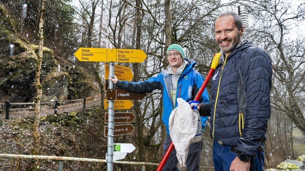 Sébastien Chaudron (au premier plan) est responsable de l'entretien des quelque 400 kilomètres de sentiers pédestres d'Anniviers. Il bénéficie des conseils de Sébastien Rappaz, de Valrando, pour optimiser l'expérience des marcheurs.