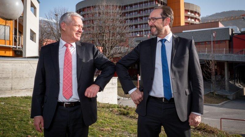 Dominique Arlettaz (à gauche) cède la présidence du conseil d'administration de l'Hôpital du Valais à Pascal Strupler.