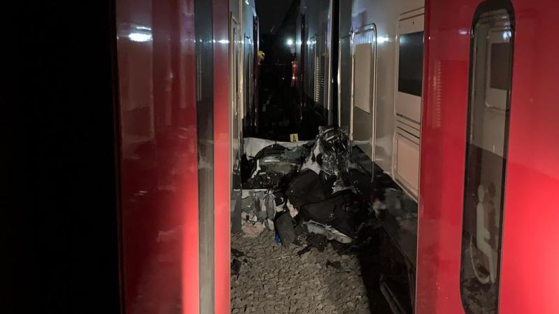 Accident: elle roule sur les rails, sa voiture est coupée par deux trains qui se croisent
