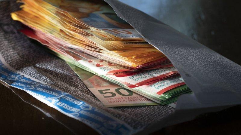 Le règlement en monnaies sonnantes et trébuchantes est cependant toujours privilégié en magasin, où 98% des personnes interrogées payent en liquide.