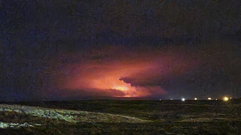 L'éruption a provoqué une coulée de lave et illuminé le ciel nocturne d'un nuage rouge.