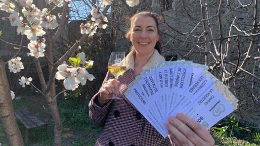 Collaboratrice à l'office du tourisme, Roxane Jordan présente les bons qui sont en vente depuis mardi dernier.