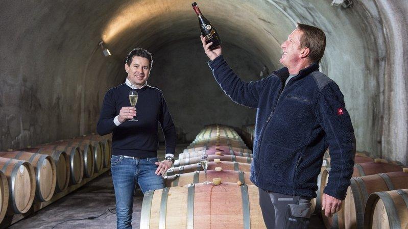 Patrice Rudaz, directeur, et Bruno Geiger, responsable de l'oenologie, après avoir reçu la meilleure note de la catégorie vins effervescents au Grand Prix du vin suisse, en 2019.