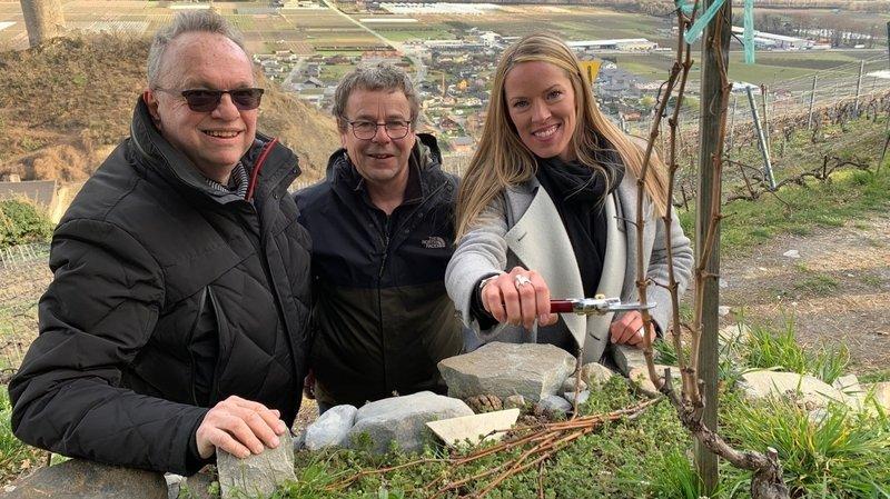 Accompagnée par Christian Michellod (à g.) et conseillée par Didier Thétaz, Laura Chaplin a taillé la vigne à Farinet ce jeudi après-midi.