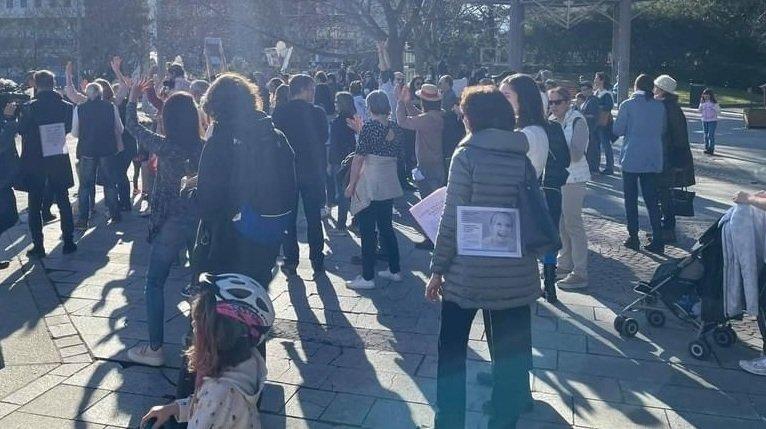 Huitante personnes manifestent à Sion contre les mesures décidées par le Conseil fédéral