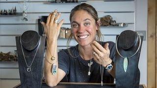 Nos artisans ont du talent: à Nendaz, Céline Barman emprunte à la nature ses textures et ses formes
