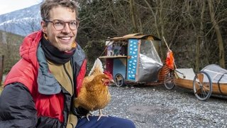 Depuis deux ans, Félix et sa poule sillonnent les routes en vélo-canoë. Rencontre à Saillon