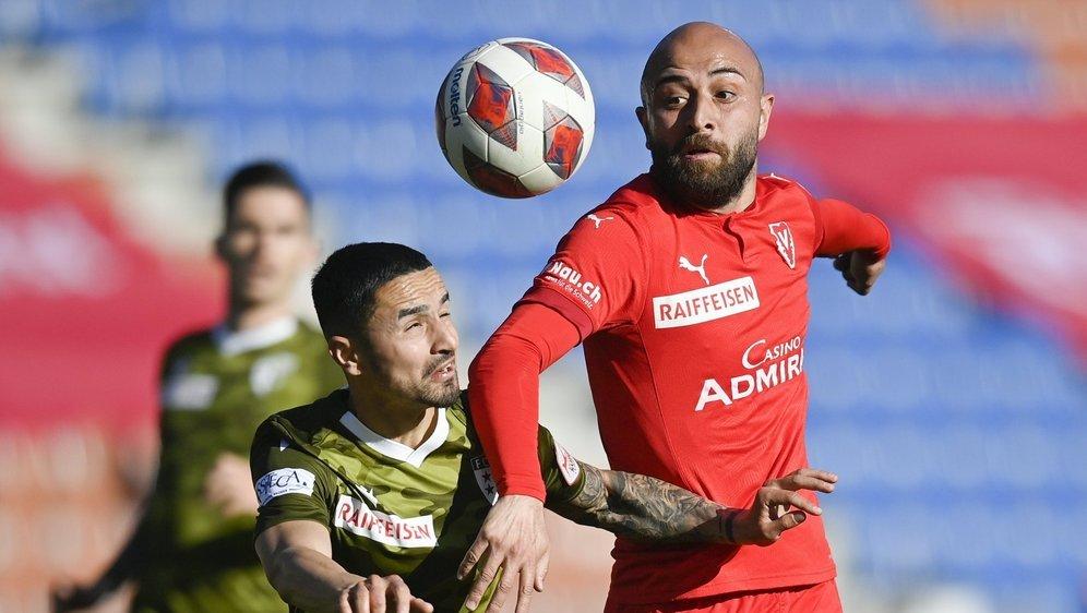 Musa Araz s'oppose à l'action de Tunahan Cicek lors du match entre le FC Sion et le FC Vaduz.