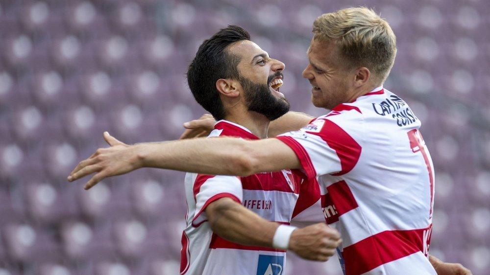 Matteo Tosetti et Gaëtan Karlen se congratulent après le cinquième but du FC Sion contre le Servette FC.