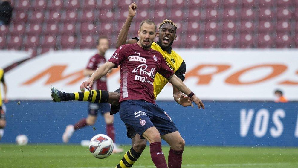 Steve Rouiller anticipe l'action de Jordan Siebatcheu lors du match entre le Servette FC et les Young Boys dimanche.