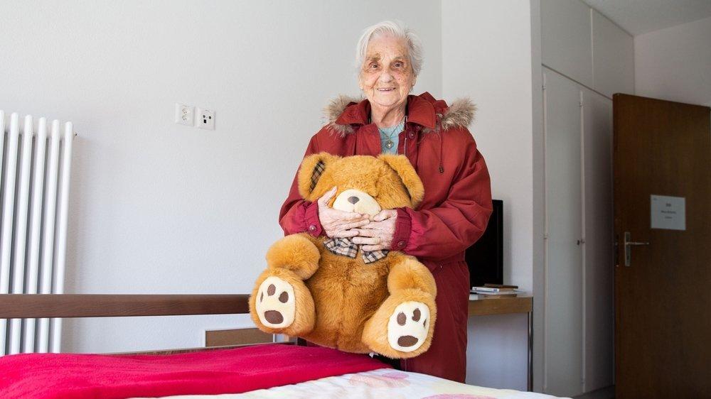 A son arrivée à Montana, Louisa Bonvin, 88 ans, a retrouvé le nounours qui l'accompagne depuis de nombreuses années.