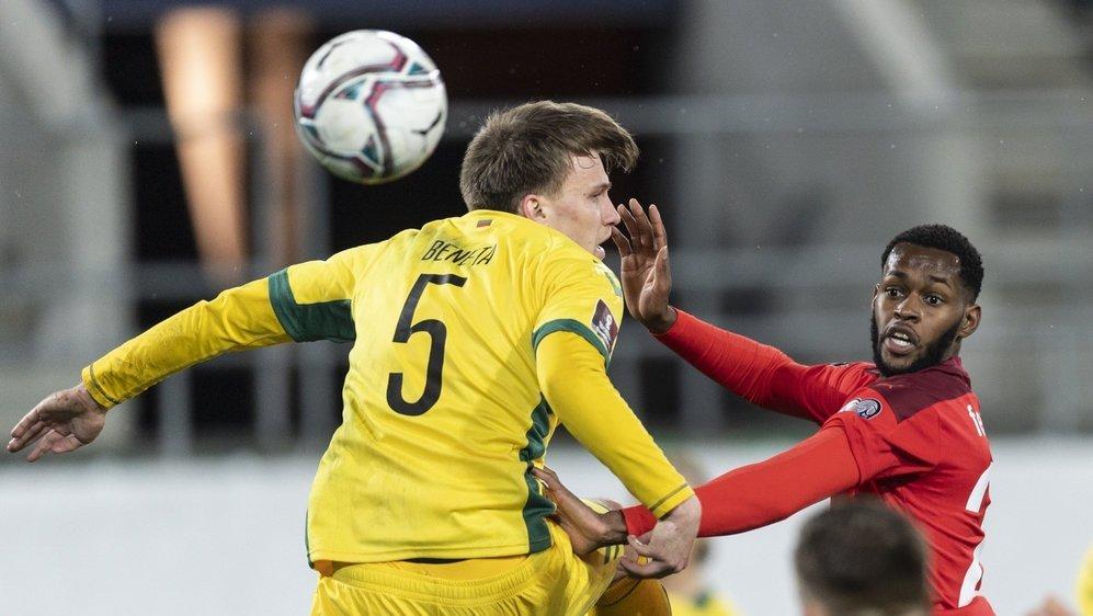Edimilson Fernandes saute dans la défense lituanienne représentée par Markas Beneta.
