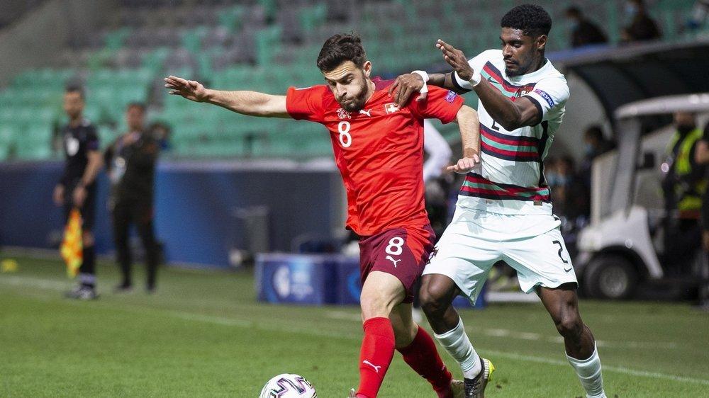 Bastien Toma résiste à la pression de Thierry Correia lors du match entre la Suisse M21 et le Portugal M21.