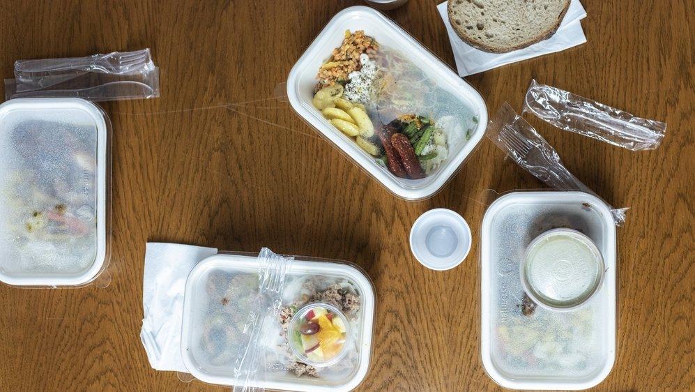 Le plastique est partout. Dans les emballages de menus à l'emporter par exemple, mais aussi dans le bâtiment, les articles de sport, les voitures, les jouets…